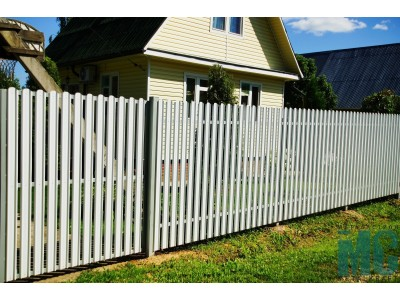 Белый забор из металлических штакетин