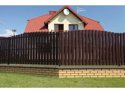 Забор из евроштакетника на кирпичном основании