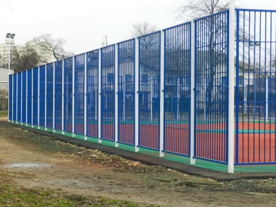 Забор из профильной трубы для спортивной площадки