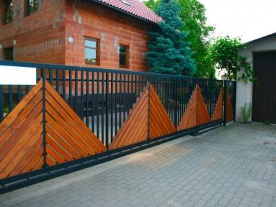 Забор из профильной трубы и дерева