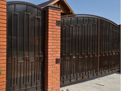 Забор из профильной трубы и поликарбоната