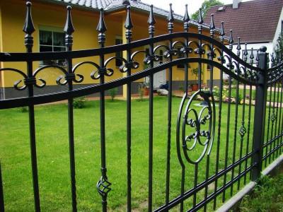 Забор из профильной трубы с элементаки ковки