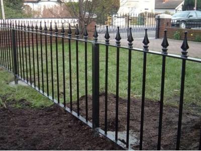 Забор из профильной трубы с пиками