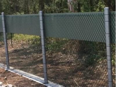 Забор из сетки рабицы на столбах
