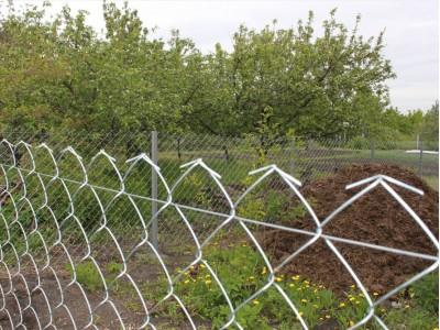 Забор из сетки рабицы с натяжкой проволокой