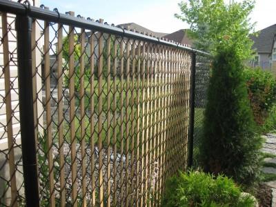 Забор из сетки рабицы с рейками