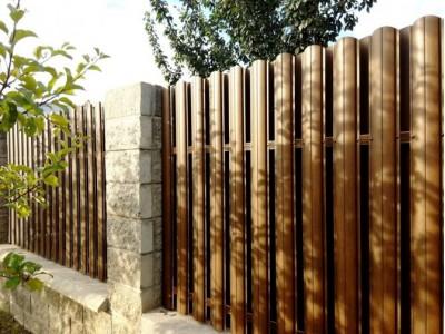 Забор из евроштакетника на каменных столбах